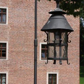 Baszta z XIV wieku, Pałac, Zamek - oświetlenie zewnętrzne, latarnie, kinkiety, okucia drzwi, studzienka