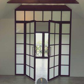 Przeszklenie z drzwiami, mleczne szkło / LOFT / minimalizm