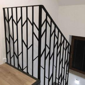 Balustrada schodowa w MINIMALISTYCZNYM stylu, geometryczna jodełka.